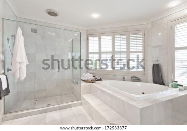 schönes modernes Badezimmer mit Marmorfliesen in australischem Herrenhaus