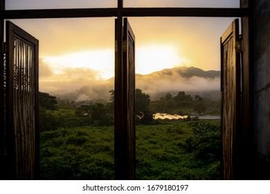 Schöner Morgen auf Fensterhintergrund