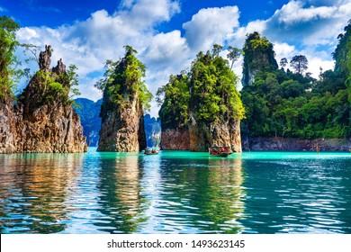 Hermosas montañas en la represa Ratchaprapha en el Parque Nacional Khao Sok, provincia de Surat Thani, Tailandia.