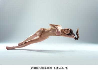 Hermosa Mujer Desnuda Levitando Aislada En El Fondo Griego