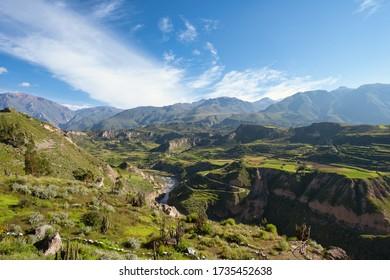 Hermosa vista Natural desde el Cañón del Colca, el cañón más profundo