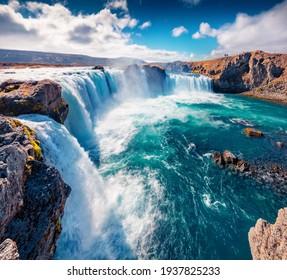 Hermoso paisaje nórdico. Magnífica escena veraniega del río Skjalfandafljot, Islandia, Europa. Excitante vista matutina de Godafoss, espectacular cascada que se desploma sobre un precipicio curvo de 12 metros de altura.