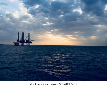 Beautiful offshore Rig HD image, oil drilling platform HD image ,ocean and  clouds view from ship, sea sky and clouds beautiful HD wallpaper for mobile and desktop,