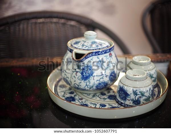 アジア風のお茶の時間に、金色の縁の付いた古い古い古風な磁器の陶磁器の骨陶器の食器高級茶セット