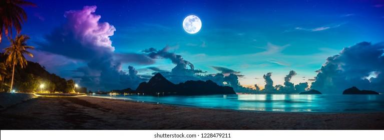 Schöner Panoramablick auf das Meer. Farbiger blauer Himmel mit Wolke und heller Vollmond auf Jahreszeit zu Nacht. Der ruhige Naturhintergrund liegt abends im Freien. Der Mond nahm mit meiner eigenen Kamera.