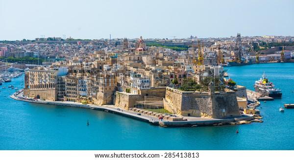 bellas vistas panorámicas de La Valeta desde el mar en Malta