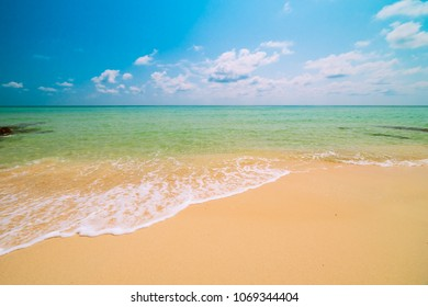 Beautiful paradise tropical beach and sea - Holiday vacation concept
