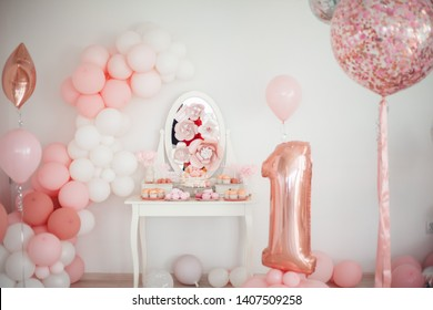 Beautiful pastel pink light, bright and airy child birthday decor ideas with baloons, food, sweets, cake, cupcakes, cake pops and murshmallow