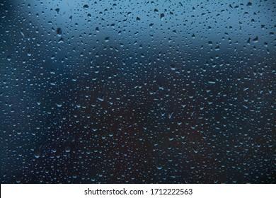 schönes Muster mit Regentropfen auf Glas im Herbst