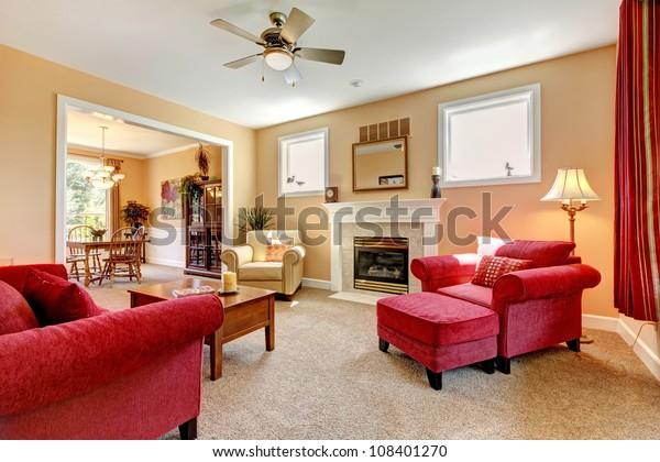 暖炉と赤い家具を備えた美しい桃と赤いリビングルーム。