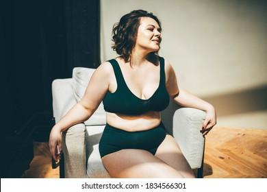 Schöne und große Frau, die sich in Unterwäsche entspannt.