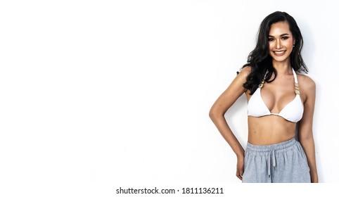 Schöne porträtierte junge Asiatin sexy, sexy stehende und lächelnde Gesicht einzeln auf weißem Hintergrund , Körper des Mädchens mit Frische und Fröhlichkeit mit Wohlbefinden, Lifestyle und Relax Konzept