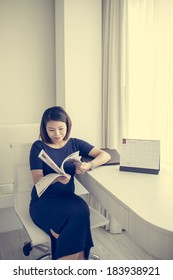 Beautiful pregnant woman reading a book