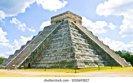 beautiful pyramide of kukulkan chichen itza mexico
