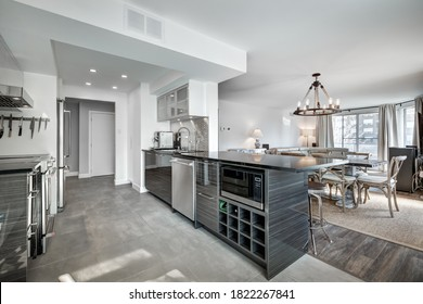 Beautiful renovated apartment in an apartment building with bathroom, new kitchen, new floors, patio, balcony, all well staged