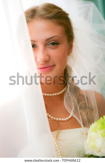 https://image.shutterstock.com/image-photo/beautiful-russian-bride-bouquet-600w-709468612.jpg