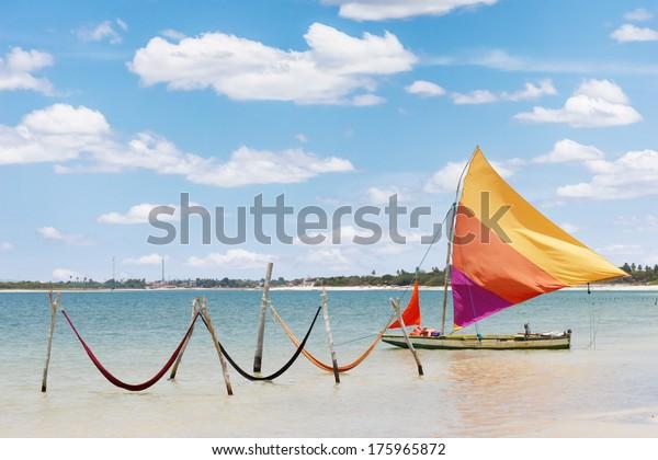 belo barco à vela e redes no Lago Paradise (Jericoacoara, Brasil)