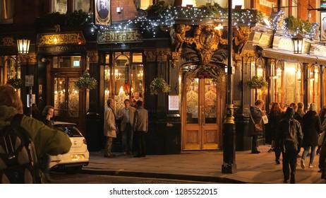 Beautiful Salisbury Pub in London by night - LONDON / ENGLAND - DECEMBER 15, 2018