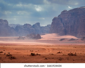 Schöne Landschaft Panoramasicht auf die Rote Sand-Wüste und die Alte Sandsteingebirge Landschaft im Wadi Rum, Jordanien während eines Sandsturms