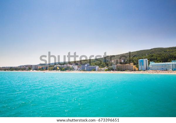 Schöne Meeresküste, Meeresstrand, Feriengebiet bei sonnigem Wetter in Bulgarien, goldener Sand