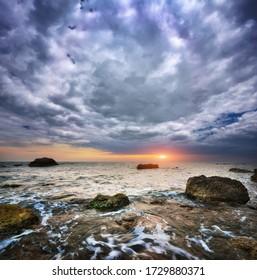 Beau coucher de soleil sur la mer. Composition de la nature