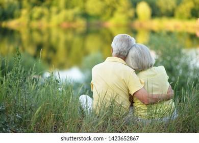 Schönes Seniorenpaar, das im Park umarmt ist, Draufsicht