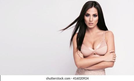 Frumoasa femeie bruneta sexy, corpul perfect, frumos stil de păr, sutien nud