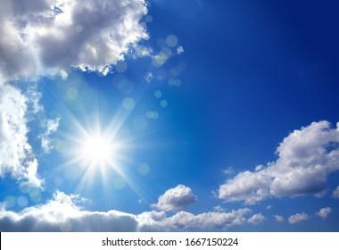 Schönes, glänzend blaues Wolkenbild mit Sonne und Lichtstrahl