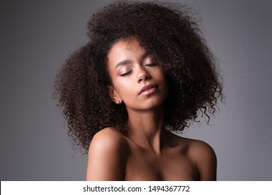 Schöne Aufnahme des sinnlichen afro-americanischen Gesichts.
