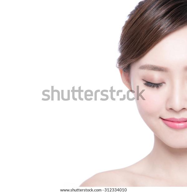 白い背景に美しいスキンケアの女性が楽しみ、リラックスします。アジア美
