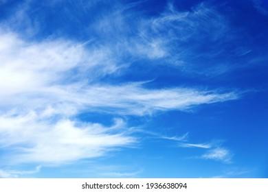 Schöner Himmelshintergrund. Ungewöhnliche Zirruswolken am blauen Himmel