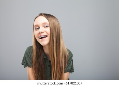 Schönes Lächeln Mädchen mit braunen Laugen