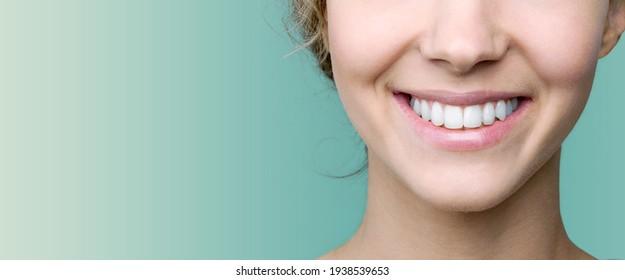Schönes Lächeln der jungen Frau mit gesunden weißen Zähnen