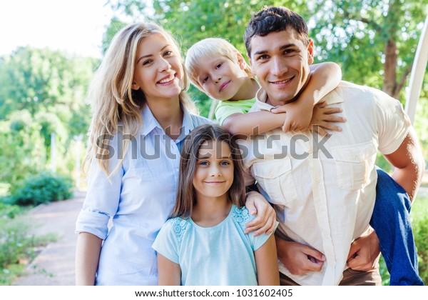 Schönes Lächeln Schöne Familie im Park