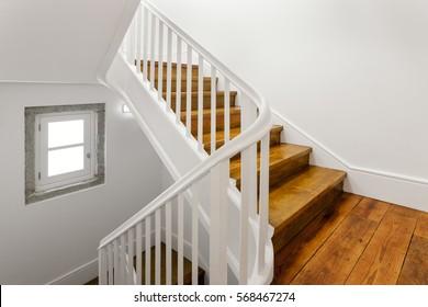 Schöne Treppe mit Holzfußboden