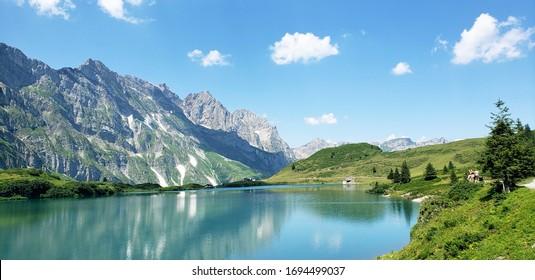 山と湖の美しい自然の風景。