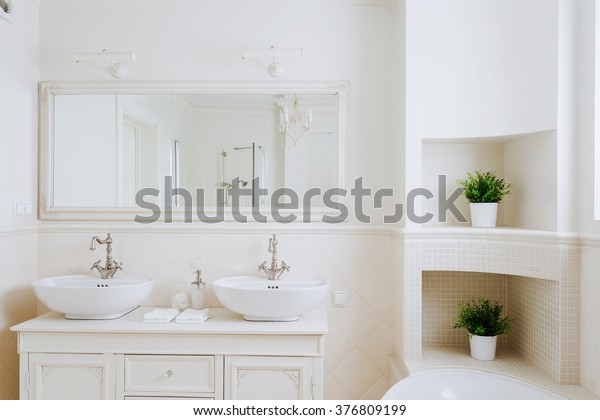 Beautiful and sunny bathroom for a couple