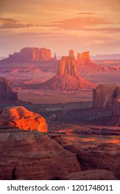 Schöner Sonnenaufgang in Hunts Mesa navajo Stamm Majestät Platz nahe Monument Valley, Arizona, USA