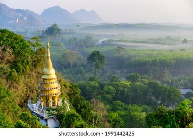 Hermosa vista del amanecer en el parque Khao Na Nai Luang Dharma en Surat Thani, Tailandia