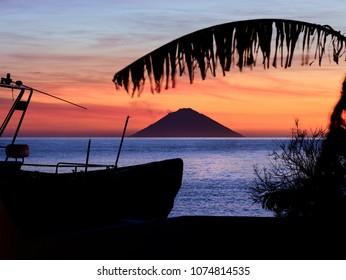 Schöner Sonnenaufgang auf dem Vulkan Stromboli, der von der Insel Salina auf den Äolischen Inseln, Sizilien, Italien