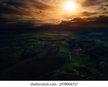 Es ist ein schöner Sonnenuntergang. Atmosphärische Landschaft. Licht und Schatten