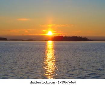 Hermosa puesta de sol en el Mar Báltico en enero