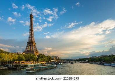 Bel coucher de soleil sur la Tour Eiffel et la Seine aux nuages bouffants, Paris, France