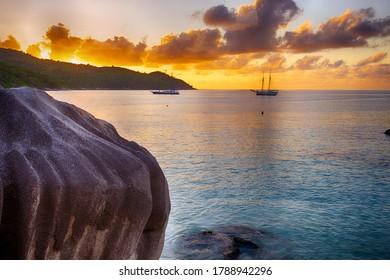 Schöner Sonnenuntergang über dem berühmten Strand Anse Lazio, Praslin Insel, Seychellen.