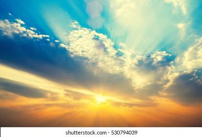 Schöner Sonnenuntergang mit Sonnenstrahlen. Naturhintergrund.