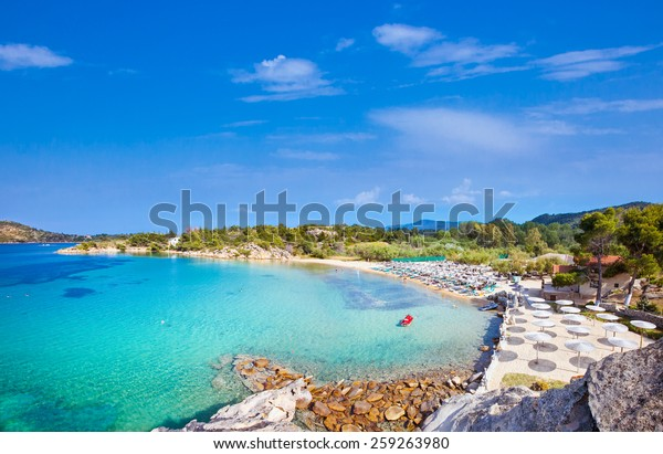 Schöner Strand von Talgo an der Ostküste der Halbinsel Sithonia, Halkidiki, Griechenland.