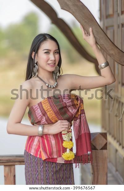 https://image.shutterstock.com/image-photo/beautiful-thai-girl-traditional-costume-600w-399676567.jpg