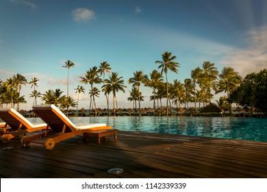 Prachtige tropische strandhotel resort met zwembad, ligstoelen en palmbomen tijdens een warme zonnige dag, paradijs bestemming voor vakanties in Praia do forte, Bahia, Brazilië.