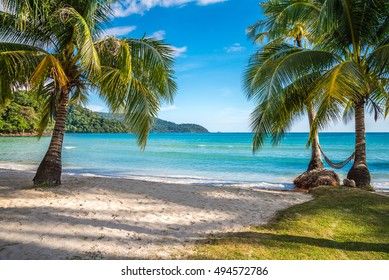 Hermosa playa de islas tropicales, playa natural de verano, cielo azul y palmeras - Koh Kood, Trat Thailand