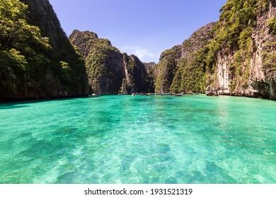 Der wunderschöne türkisfarbene Ozean von Pileh Lagoon ist ein sehr schöner Ort und eine der beliebtesten Touristenattraktionen auf der Insel Phi Phi Le in Krabi, Thailand.